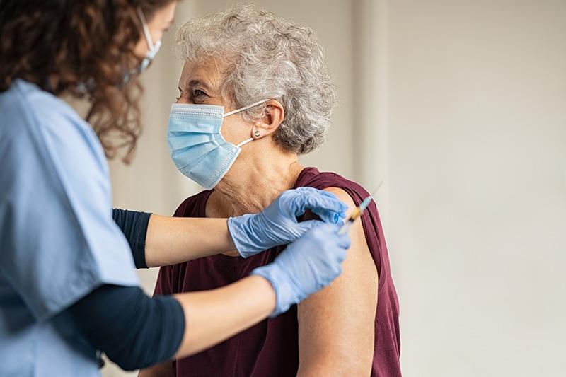 As vacinas contra Covid-19 são seguras, eficazes, aplicadas em duas doses e podem criar uma resposta no sistema de defesa do corpo.
