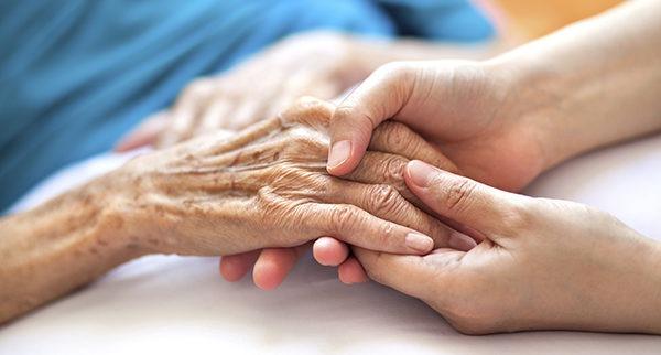 paciente idosa sendo cuidada