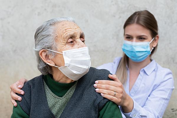 Paciente idosa recebendo cuidados paliativos