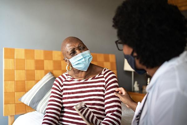 idosa recebendo cuidados paliativos em casa