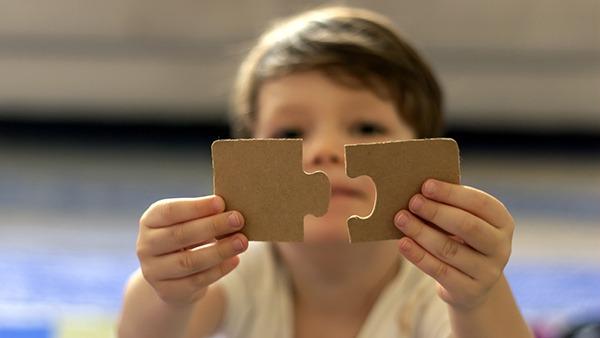 criança com autismo em ambiente domiciliar