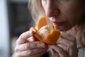 Perda de olfato pós-covid é sintoma característico e demanda atenção de pacientes e familiares